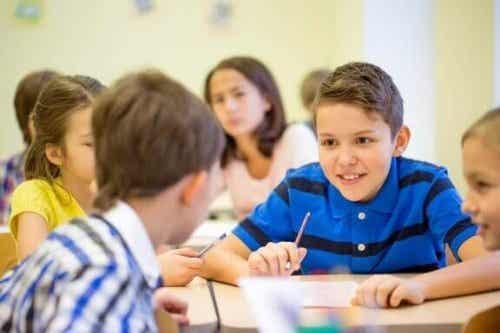 Kinderen die te veel praten in de klas