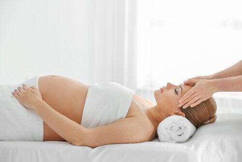 Zwangere vrouw krijgt een massage