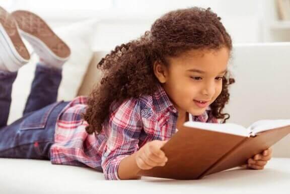 Meisje ligt te lezen