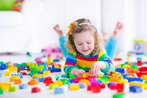 Hoe kan ik mijn kinderen helpen om alleen te leren spelen