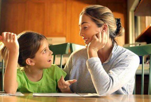Moeder en dochter communiceren over de verschillende levenslessen