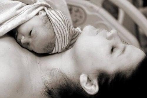 Baby ligt bij moeder te slapen