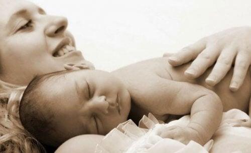 Moeder van een baby zijn is chaos maar ook geluk