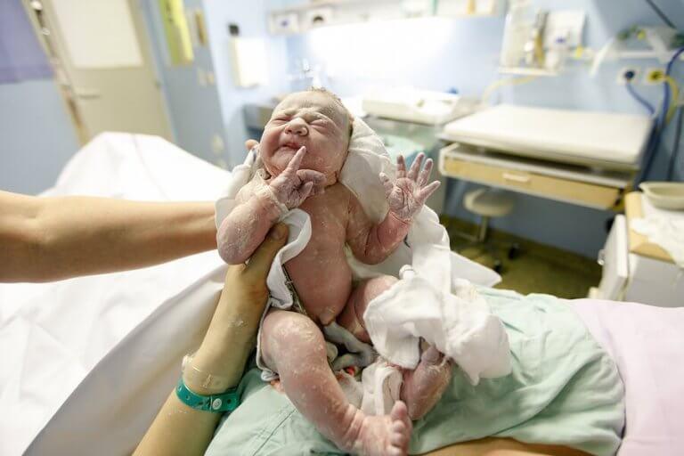 Is de navelstreng rond een baby's nek gevaarlijk?