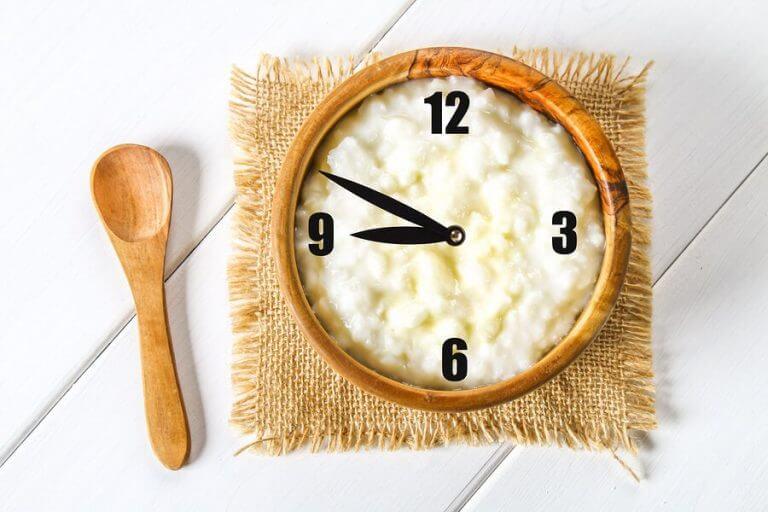 Maak een schema als het gaat om vast voedsel aan het dieet van je baby toe te voegen