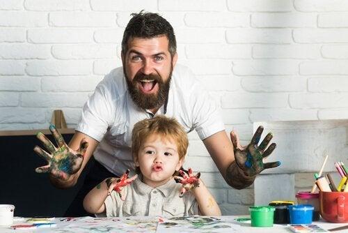Kind schildert met zijn vader