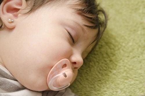 Baby slaapt met een speen