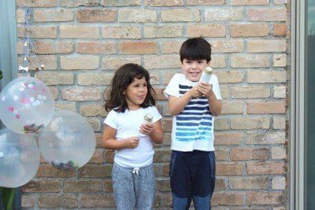 Een broertje en een zusje die met elkaar spelen