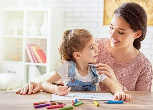 Moeder en dochter maken uitnodigingen