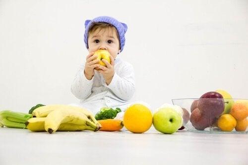 Kindje met verschillende soorten fruit