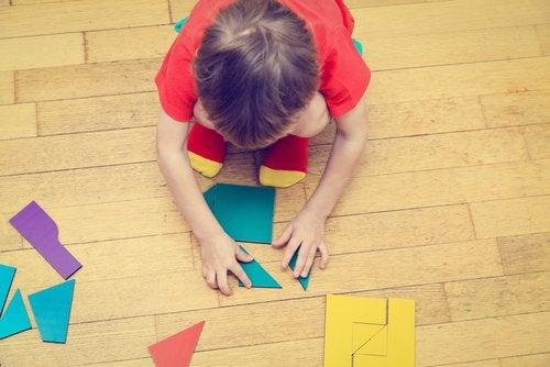 Kindje maakt een vormpuzzel