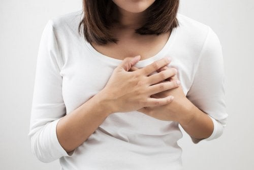 Vrouw met ontsteking in haar borst