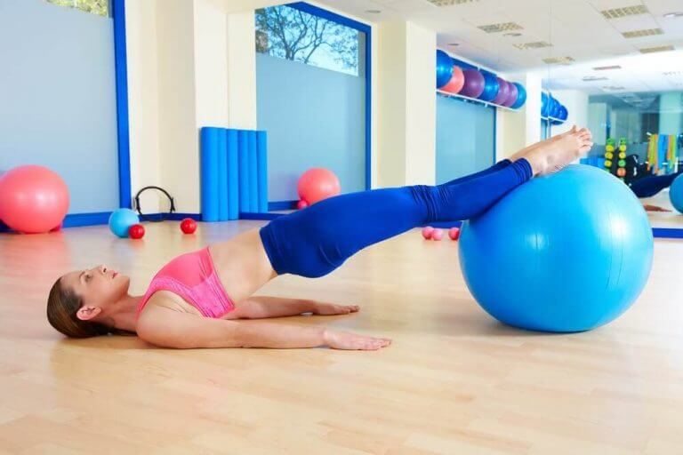 Yoga met een bal is een goede optie na de bevalling