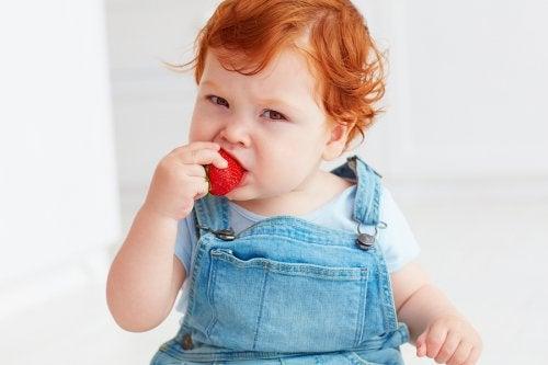 Baby eet een aardbei