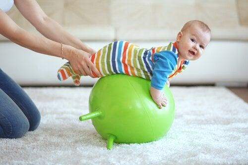 Baby op een bal