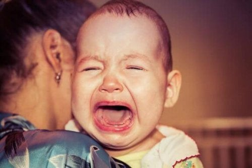 Waarom wordt mijn baby altijd huilend wakker?