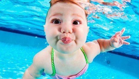 Baby zwemt onder water