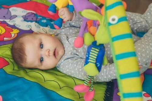 Objecten pakken helpt je baby zich te ontwikkelen