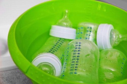 Net schoongemaakte babyflessen