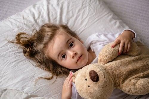 Bang meisje in bed kan een teken zijn van misbruik