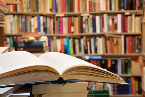Opengeslagen boek in de bibliotheek