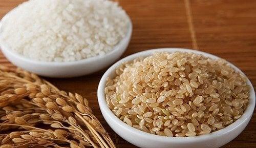 Bruine en witte rijst