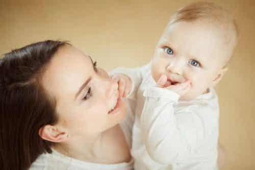 Advies voor wanneer een baby op zijn duim zuigt