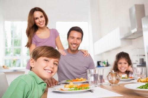 Gezin eet gezamenlijke maaltijd