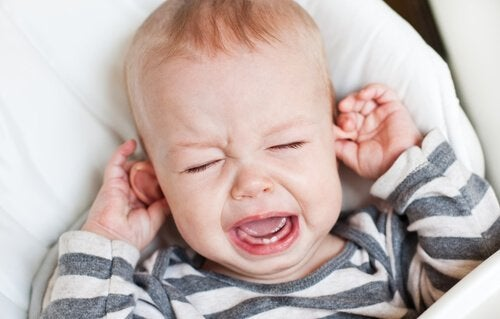 Kind trekt huilend aan zijn oren