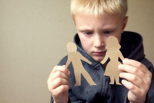 Jongen met papieren poppetjes