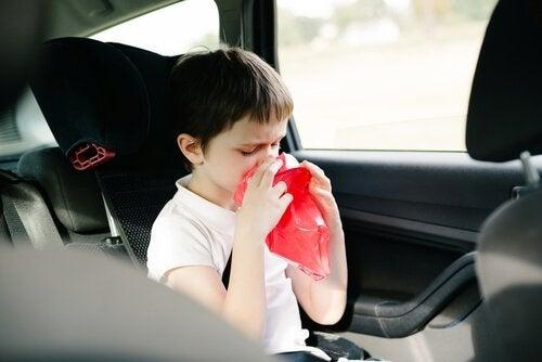 Jongen is misselijk in de auto