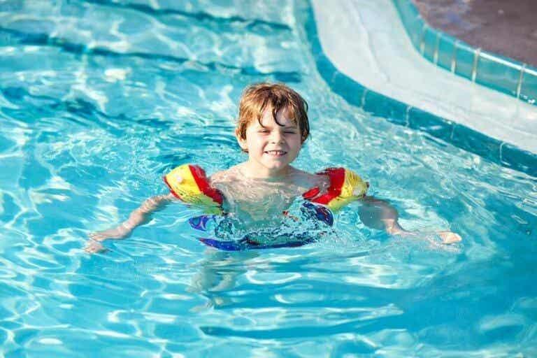 7 tips om kinderen te leren zwemmen