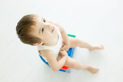 jongen leert zittend plassen
