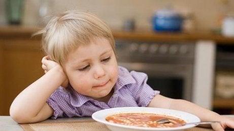 Jongen wil zijn soep niet eten
