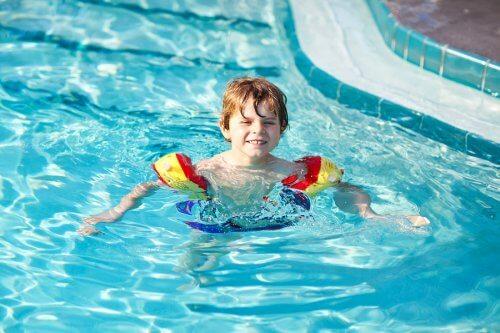 Jongen zwemt in een zwembad