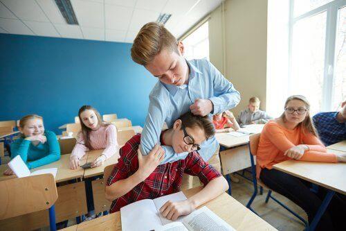 Jongen pest een andere jongen in de klas