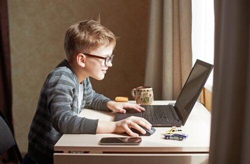 Een kind achter de computer