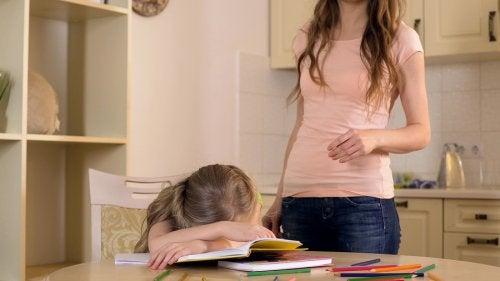 Kind gestresst door overbeschermende moeder