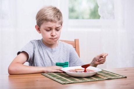 Kind trekt lang gezicht bij zijn eten