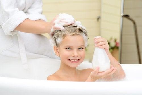 Het haar van een kind wordt gewassen