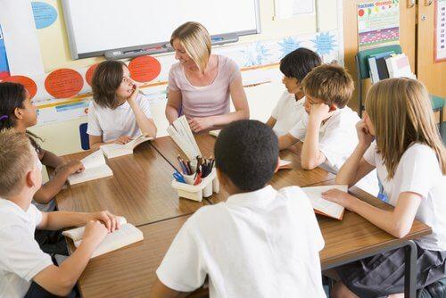 Kinderen vormen een kring aan tafel