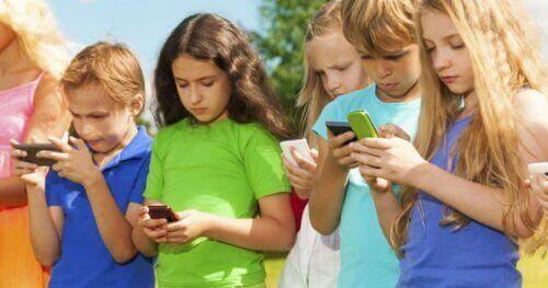 Kinderen op hun mobiel