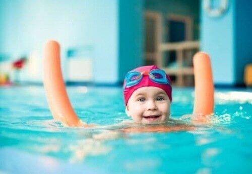 Kindje in het zwembad met een drijver