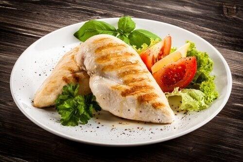 Bord met kipfilet en salade