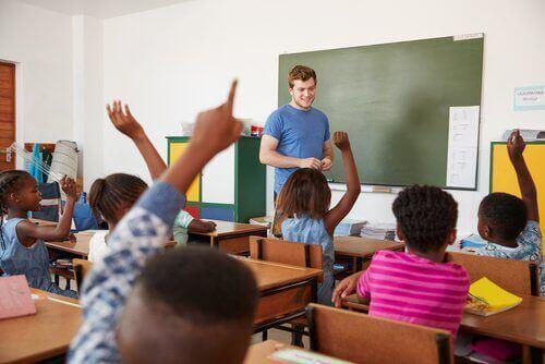 Kinderen steken in de klas hun vinger op