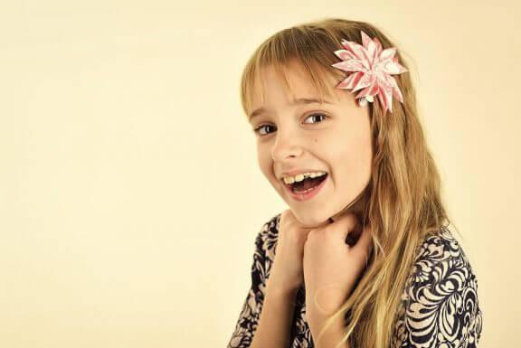 Een meisje met een bloem in haar haar