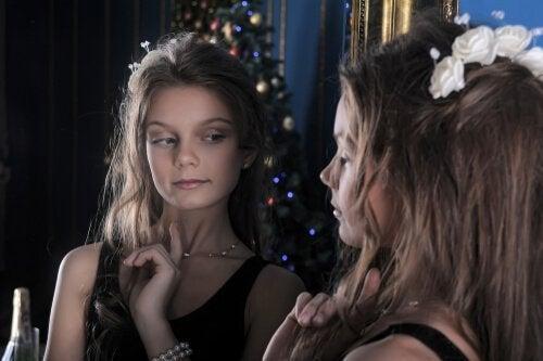 Meisje kijkt in de spiegel