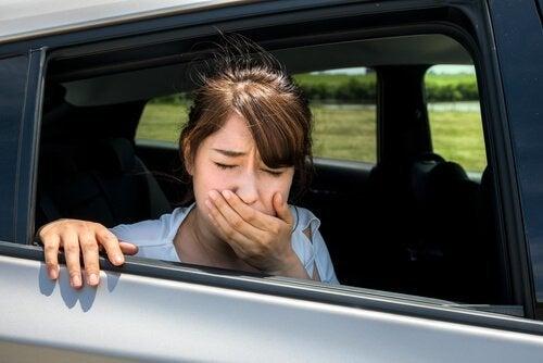 Hoe je wagenziekte bij kinderen tijdens het reizen kan voorkomen