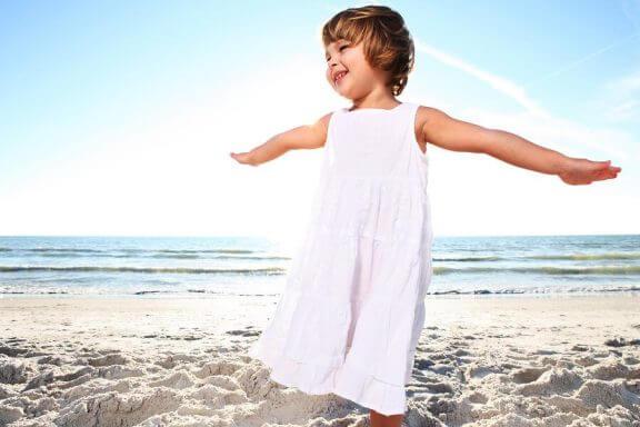 Een meisje op het strand