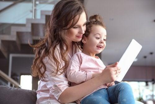 Moeder en kind met een tablet